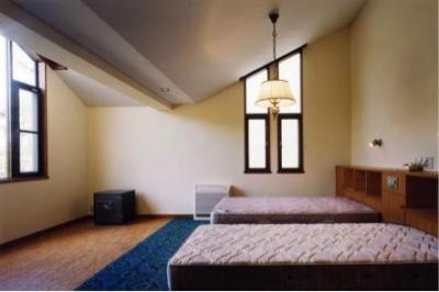 ホームシアターを楽しめる寝室(撮影:絹巻豊) (岩園の家)