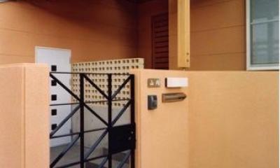 門扉から玄関まで(撮影:坂本)|魚崎の家