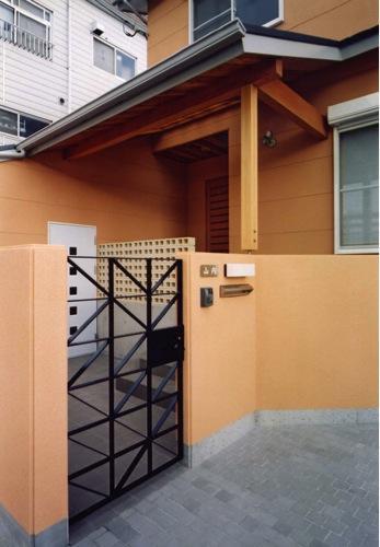 魚崎の家の写真 門扉から玄関まで(撮影:坂本)