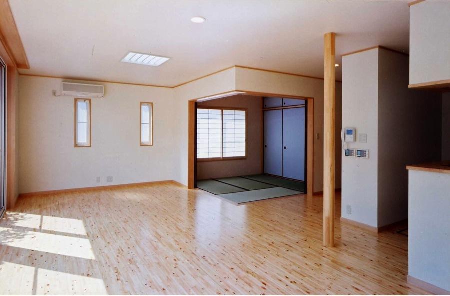 魚崎の家の写真 畳スペースのあるリビング(撮影:坂本)