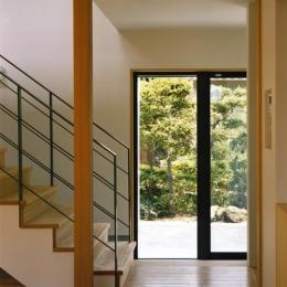 裾野の家 (リビングより玄関を見る)
