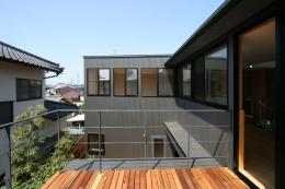 裾野の家 (2階デッキより西ウィングを見る)