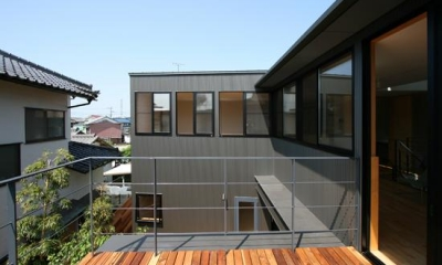 2階デッキより西ウィングを見る|裾野の家