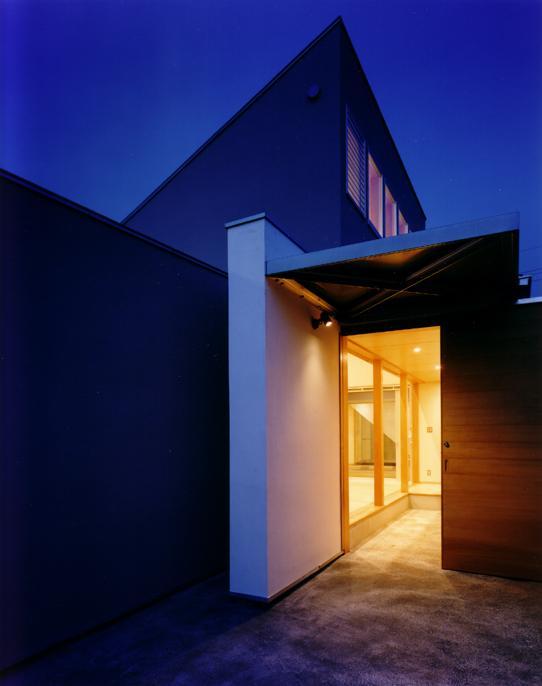 CH5(中庭のある家05)の写真 玄関夜景