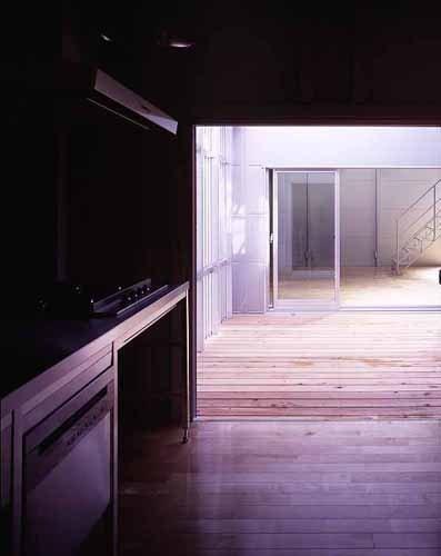 敷地が18坪の家の部屋 キッチンよりテラスを見る(撮影:市川かおり)