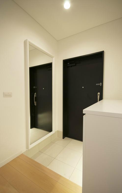 玄関事例:大きな鏡のある玄関(ichijikunoIE)