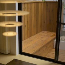 ichijikunoIE (ダイニングより望むテラスのベンチ)