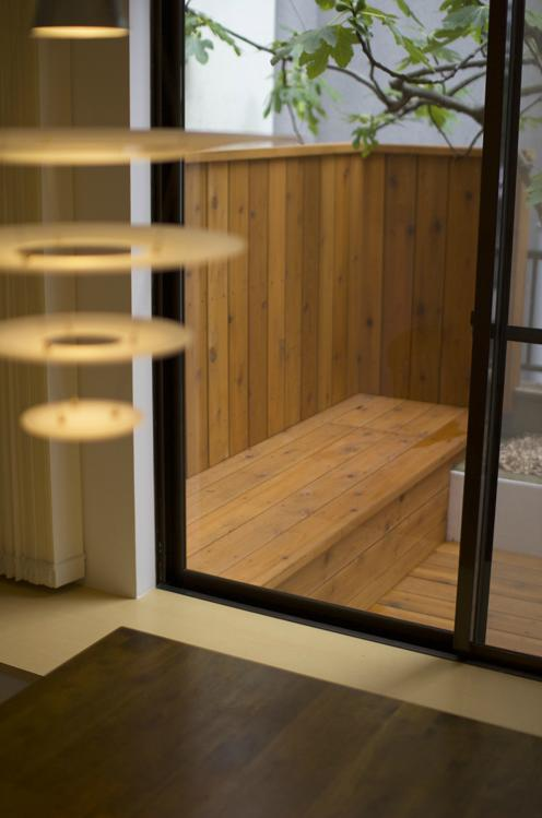ichijikunoIEの写真 ダイニングより望むテラスのベンチ