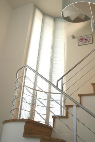 光格子の家の部屋 柔らかな光を取り込む階段