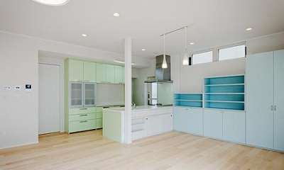 ミントブルーの家 (キッチンを見る)