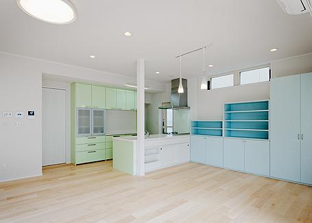ミントブルーの家の部屋 キッチンを見る