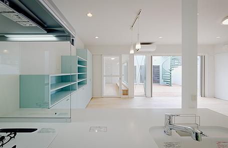 ミントブルーの家の部屋 キッチンからの眺め