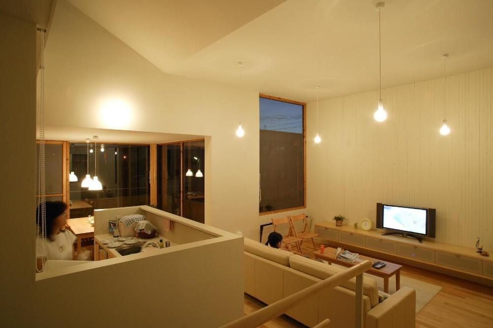 新川の家 (居間、台所2)