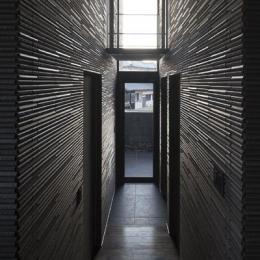 木漏れ日の家 (吹き抜けの玄関(撮影:Hiroshi Ueda))
