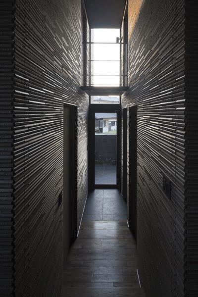 木漏れ日の家の部屋 吹き抜けの玄関(撮影:Hiroshi Ueda)