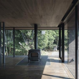 木漏れ日の家 (薪ストーブのあるリビング(撮影:Hiroshi Ueda))