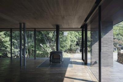 薪ストーブのあるリビング(撮影:Hiroshi Ueda) (木漏れ日の家)
