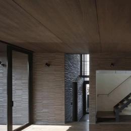 木漏れ日の家 (リビングより玄関を見る(撮影:Hiroshi Ueda))
