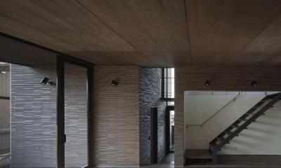 リビングより玄関を見る(撮影:Hiroshi Ueda)|木漏れ日の家