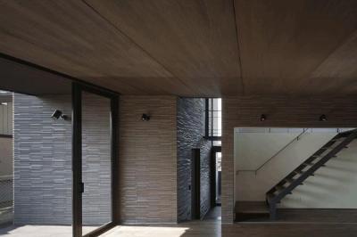 リビングより玄関を見る(撮影:Hiroshi Ueda) (木漏れ日の家)