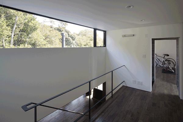 木漏れ日の家の部屋 階段ホール(撮影:Hiroshi Ueda)