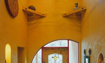 住まう人と共にリズムを刻む家 (ステンドグラスのある玄関)