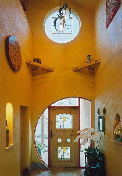 ステンドグラスのある玄関 (住まう人と共にリズムを刻む家)