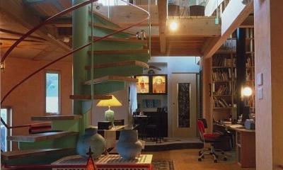 住まう人と共にリズムを刻む家 (カラフルな螺旋階段)