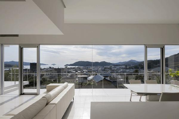 うみそらさんぽの部屋 キッチンよりバルコニーを見る(撮影:Hiroshi Ueda)
