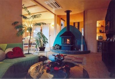暖炉のあるリビング (住まう人と共にリズムを刻む家)