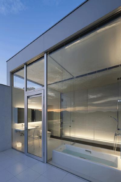 うみそらさんぽの写真 テラスよりバスルームを見る(撮影:Hiroshi Ueda)