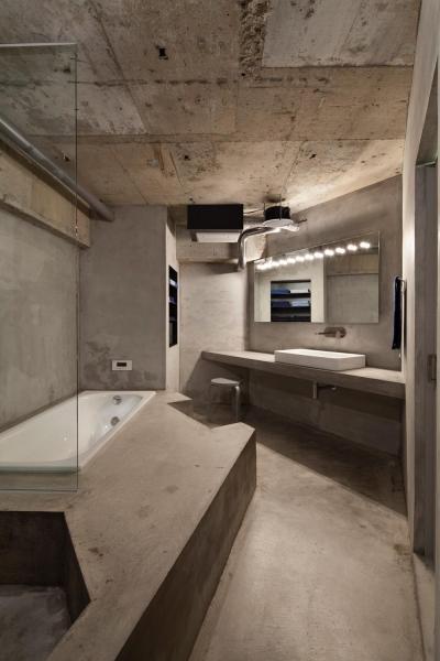 洗面室・浴室 (ドレスルームのあるコンクリートアパートメント)