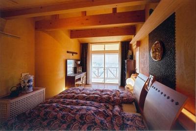 くつろぎベッドルーム (住まう人と共にリズムを刻む家)