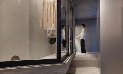 ドレスルームのあるコンクリートアパートメント (ドレスルーム)
