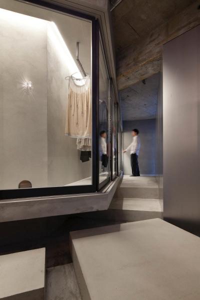 ドレスルーム (ドレスルームのあるコンクリートアパートメント)