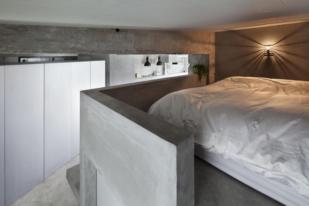 ドレスルームのあるコンクリートアパートメント (ベッドルーム)
