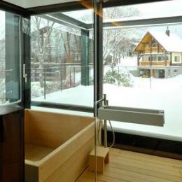 木の温もり感じる浴室1(撮影:KEN五島)