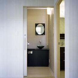 桶狭間の家 (トイレ・洗面・脱衣室入口(撮影:喜多章))