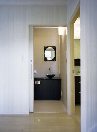 桶狭間の家の部屋 トイレ・洗面・脱衣室入口(撮影:喜多章)
