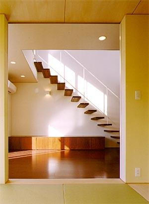 米が瀬町の家の部屋 和室より階段を見る(撮影:喜多章)