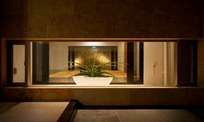 玄関地窓より客間を見通す|宮古の住宅1
