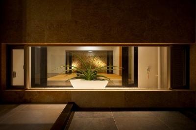 玄関地窓より客間を見通す (宮古の住宅1)