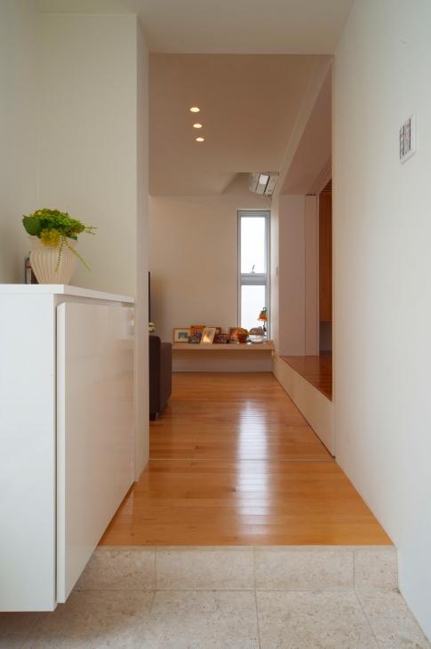 浦添の住宅2の写真 玄関よりリビングを見る