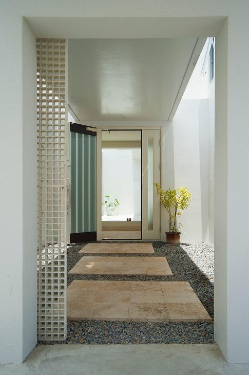 浦添の住宅2の写真 玄関アプローチ