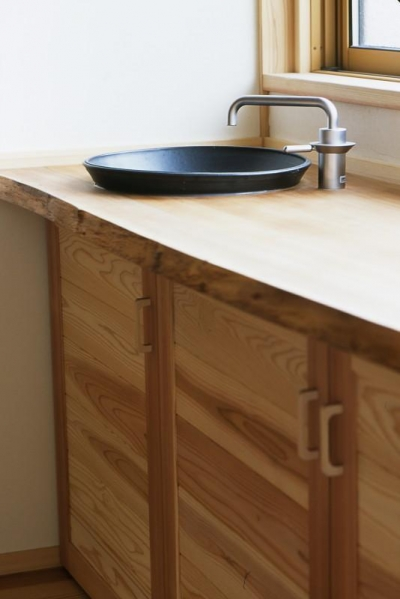 洗面スペース 便利な造作収納 (若葉の家)