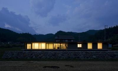 鮎立の家 (外観夕景)