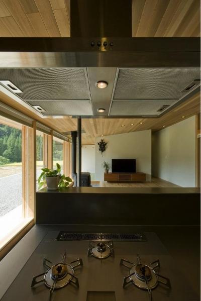 キッチンからの眺め (鮎立の家)