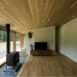 薪ストーブのあるリビング (鮎立の家)