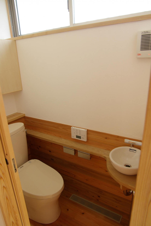 パッシブソーラー(そよ風)の小さな木の家 (トイレ)