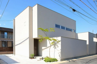 白い外観 (清須の家)